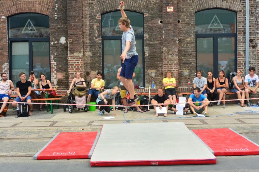 Slackline-Contest vor dem Kölner Stuntwerk während des Birlikte Festival 2015
