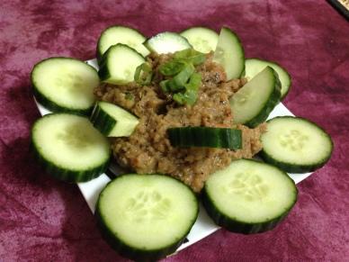 Schlemmen&Snack_Auberginen_Hummus mit Gurke
