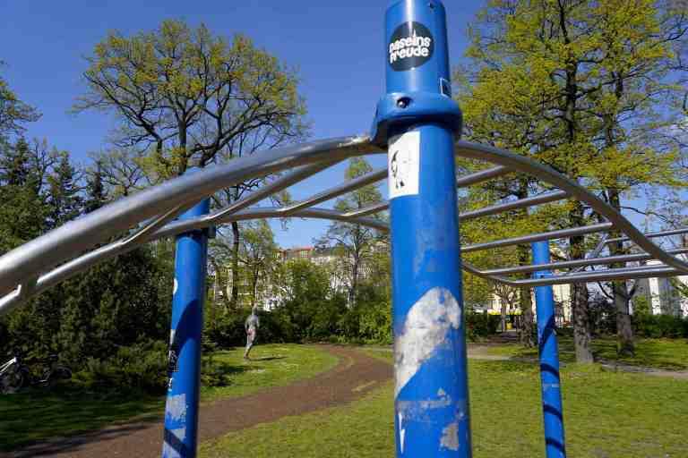 Klettergerüst Monkey Bar : Frau klettern klettergerüst u stockfoto wavebreakmedia