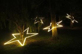 Schwebende Sterne im Christmas Garden Berlin.