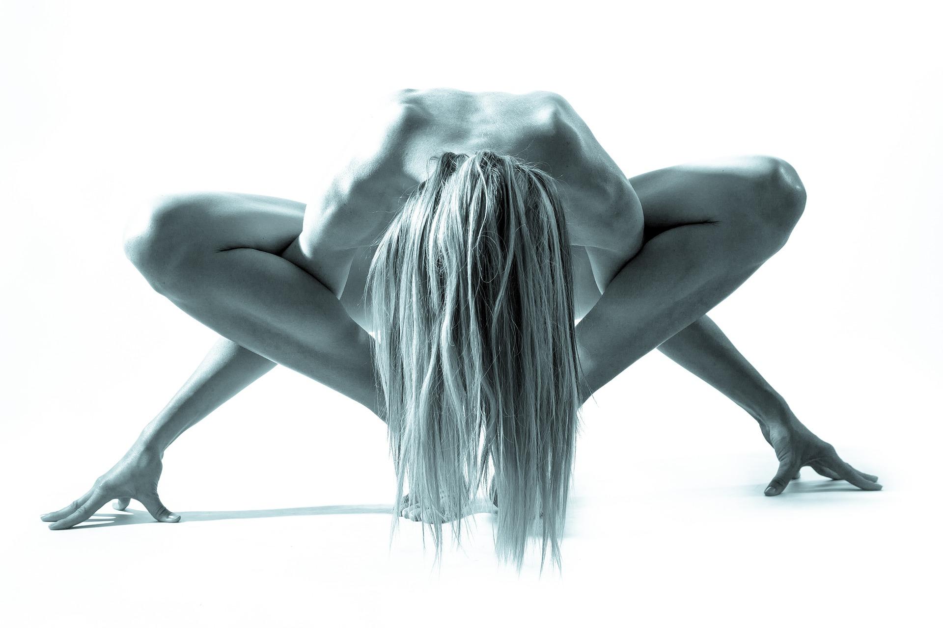Nackte Frauen im Yoga