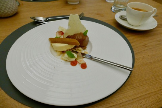 as für ein toller Teller. Aus dem Menü Gang 3: Dessert: Eingelegter Rhabarber / Buttermilchparfait / Schokoladenmousse