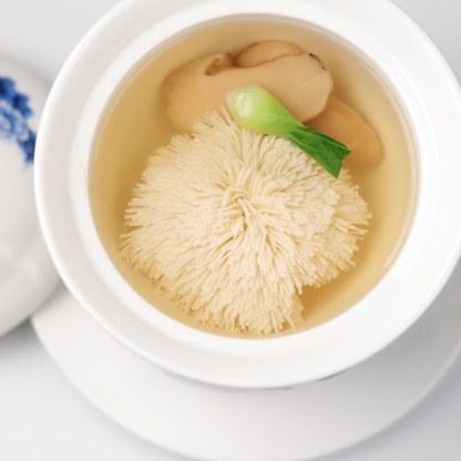 Vox_Chinese_New_Year_Gang2_Vorsuppe-aus-Wensi-Tofu-Chrysanthemen- Matsutake-Pilzen©GrandHyattBerlin